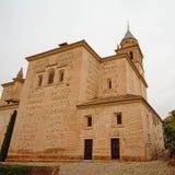 Kerk van Santa Maria de Alhambra, Granada, Spanje, op een bewolkte dag Royalty-vrije Stock Afbeelding