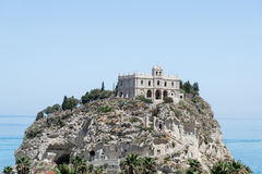 Kerk van Santa Maria dell& x27; Isola dichtbij de stad van Tropea, Italië Stock Afbeeldingen