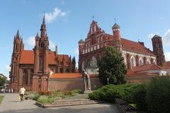 Kerk van St Anna in Vilnius en monument van Adam Mickiewicz stock foto's