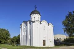 Kerk van St george-Witte steenkerk van de tweede helft van de XII die eeuw, op het grondgebied van de oude vesting van Ladoga wor stock fotografie