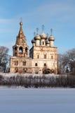 Kerk van St John Chrysostom met klokketoren in Vologda stock afbeeldingen
