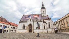 Kerk van St Teken timelapse hyperlapse en het parlement die Zagreb, Kroatië bouwen stock footage