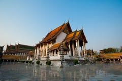 Kerk van wat sutat onder de duidelijke hemel in Bangkok, Thailand Royalty-vrije Stock Afbeeldingen