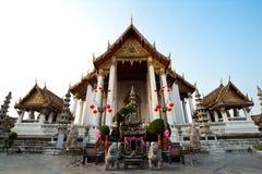 Kerk van wat sutat vooraan perspectief onder de duidelijke hemel, Bangkok, Thailand Stock Foto