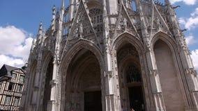 Kerk voorbuitenkant in Rouen, Normandië Frankrijk, SCHUINE STAND stock video