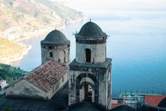 Kerkbelltowers in Ravello-dorp, Amalfi kust van Italië stock afbeelding