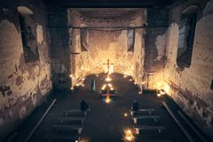 Kerkbinnenland in de nacht met het branden van kaarsen royalty-vrije stock afbeeldingen