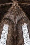 Kerkbinnenland in Lissabon - detail van het binnenland van beroemde convent do Carmo - Portugal stock fotografie