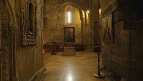 Kerkbinnenland met beelden van heiligen op de muren, godsdienstig kunstwerk, geschiedenis stock footage