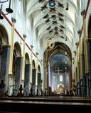 Kerkbinnenland met stoelen en altaar stock afbeelding