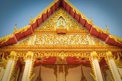 Kerkdeur met gouden kleur in Boeddhisme royalty-vrije stock fotografie