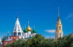 Kerken in Kolomna het Kremlin op de hemelachtergrond royalty-vrije stock afbeeldingen