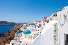 Kerken met blauwe koepels op de rand van de caldera op het Eiland Santorini, Griekenland Stock Foto's