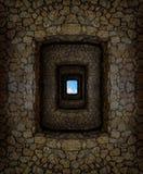 Kerker met hierboven hoge steenmuren en licht venster Stock Afbeeldingen