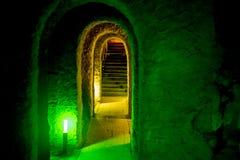 Kerker mit Torbogen und gewölbter Eingang mit grünem Licht Lizenzfreies Stockbild