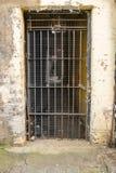 Kerker-Tür, Metallbar und grill, alt und abaondoned Stockfotografie