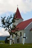 Kerkhof achter typische Ijslandse kerk bij Glaumbaer-landbouwbedrijf Royalty-vrije Stock Afbeeldingen
