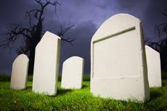 Kerkhof bij de nacht van Halloween Stock Foto