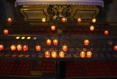 Kerkkaarsen in abstracte kerk Royalty-vrije Stock Foto's