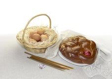 Kerkkaarsen, Pasen-cake, eieren in het nest en de wierook stock fotografie
