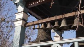 Kerkklokken dichtbij de kleine kerk in Kiev De ring van kerkklokken uit stock videobeelden