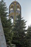 Kerkklokketoren dichtbij Monument van Maagdelijke Mary in Stad van Haskovo, Bulgarije Royalty-vrije Stock Afbeeldingen