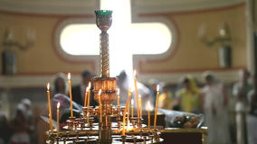 Kerkkroonluchter met kaarsen stock footage