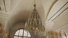 Kerkkroonluchter op het plafond in kerk stock videobeelden
