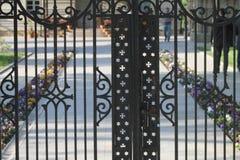 Kerkpoort en bloemen in de rug royalty-vrije stock afbeelding