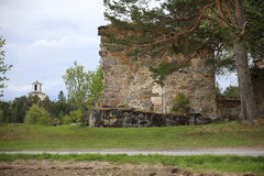 Kerkruïne en nieuwe kerk in Sunne in Jamtland-Provincie, Zweden Royalty-vrije Stock Afbeeldingen