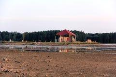 Kerkruïnes op het St Meinard eiland Letland ikskile op rivier Daugava Foto in 26 augustus, 2017 wordt genomen die Stock Afbeeldingen