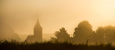 Kerksilhouet in mist royalty-vrije stock afbeeldingen