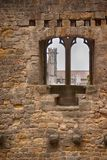 Kerkspits door een middeleeuwse muur stock foto's