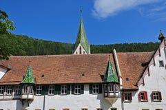 Kerkspits en erkers met groene daktegels royalty-vrije stock foto