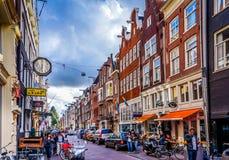 Kerkstraat со своими много исторических зданий в центре старого города Амстердама Стоковое Фото