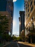 Kerkstraat bij Zonsondergang in het hart van de stad stock afbeeldingen
