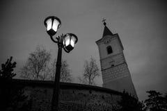 Kerktoren en straatlantaarn II stock fotografie