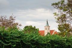 Kerktoren met koperdak - Typische Europese christelijke kerk stock afbeeldingen