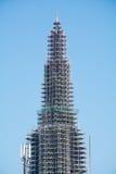 Kerktoren met steiger tegen blauwe hemel Stock Foto's