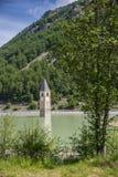 Kerktoren van Graun in Lago Di Resia, Italië Stock Foto