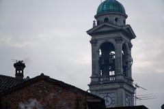 Kerktoren vroeg in de ochtend in Milaan, Italië royalty-vrije stock afbeelding