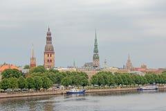 Kerktorens van Riga, mening van over de rivier letland Stock Fotografie