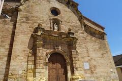 Kerkvoorgevel met beeldhouwwerken van Balaguer, Catalonië stock foto