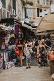 KERKYRA KORFU, GREKLAND - juni 09, 2018: Folkmassan av folk på den turist- gatan med souvenir shoppar i centret arkivfoton