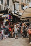 KERKYRA KORFU, GRIEKENLAND - JUNI 09, 2018: Menigte van mensen op de toeristenstraat met herinneringswinkels in het stadscentrum stock foto's