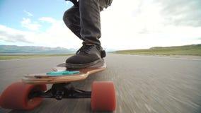 Kerl auf seinem longboard Rochen Schließen Sie oben vom longboard und vom Fuß Weicher Fokus Spurhaltung des Schusses