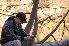 Kerl auf Smartphone Stockfotos