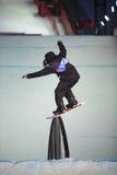 Kerl auf Snowboard schiebt auf die Schiene Lizenzfreies Stockbild