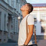 Kerl betrachtet Gebäudegeschäft Stockfotografie