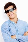Kerl in den Gläsern 3D mit den gekreuzten Armen Stockbild